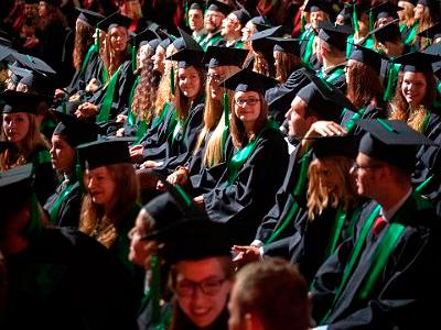 Die Absolventen*innen der Landwirtschaftlichen Fakultät vor dem Erhalt ihrer Urkunden