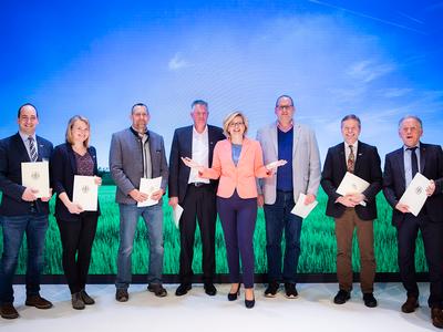 Bundesministerin Julia Klöckner überreichte Förderbescheide auf der IGW (© Foto: BMEL/Gaertner/Photohek)