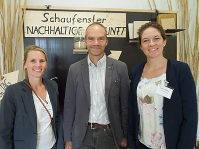 Mirjam Gawellek (l.) und Sabina Stüber (r.) mit Prof. Dr. Ralf Pude