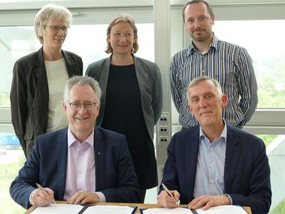 Im Vordergrund Rektor Prof. Dr. Michael Hoch (Universität Bonn) und Rektor Prof. Dr. Arthur Mol (Universität Wageningen)