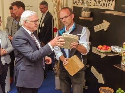 Prof. Ralf Pude (INRES) erläutert dem Bundespräsidenten Frank Walter Steinmeier die Verwendung von nachwachsenden Rohstoffen als Bau- und Dämmstoff.