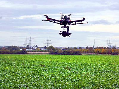 beim Flug über ein Feld (© Foto: Geodäsie Uni Bonn)