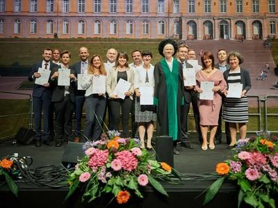 Prorektorin Prof. Dr. Karin Holm-Müller (im Talar) im Kreise der Ausgezeichneten des Jahres 2019.