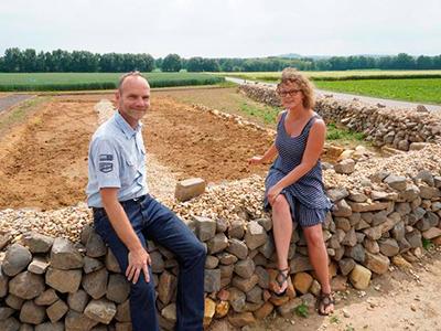 Forschen für eine größere Pflanzenvielfalt: Professor Ralf Pude und Projektleiterin Saskia Gall-Röhrig am neuen Schau- und Lehrgarten des Campus Klein-Altendorf.