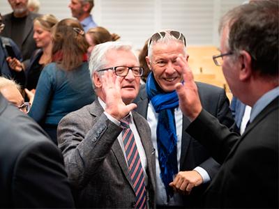 Dekan der Landwirtschaftlichen Fakultät Peter Stehle (M.) und Forschungs-Prorektor Andreas Zimmer (r.). Foto: Volker Lannert/Uni Bonn.