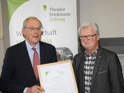 Dr. Helmut Born (links) mit dem Dekan der Landwirtschaftlichen Fakultät der Universität Bonn Prof. Dr. Peter Stehle. (© Foto: T.B.-Stiftung)