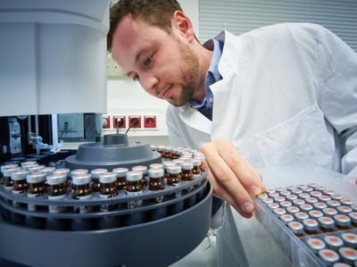 vom Institut für Pflanzenwissenschaften und Ressourcenschutz (INRES) der Universität Bonn bestückt den Gaschromatographen mit Proben.