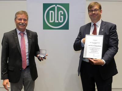 nimmt die Max-Eyth-Denkmünze von dem DLG-Präsident Hubertus Paetow entgegen (© Foto: DLG)