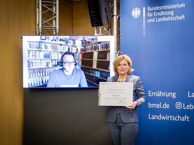 to Dr. Klingbeil by Minister Julia Klöckner (© Foto: Foto: BMEL / Photothek / Schmitz)